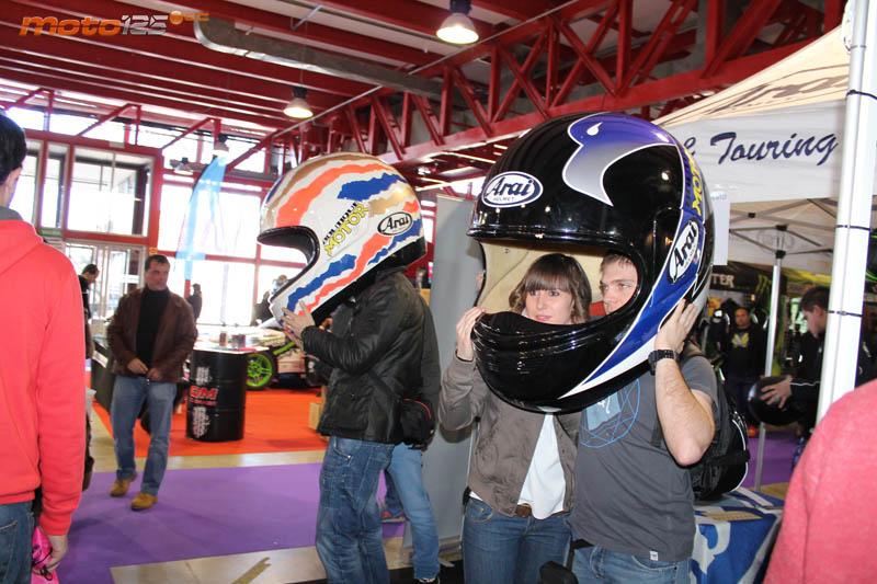 """2ac2d6b5cf566 Menudo cabezón había que tener para ponerse uno de los dos cascos Arai de  Boutique Motor. Más bien eran """"biplazas"""". Muchas parejas que visitaron el  stand ..."""